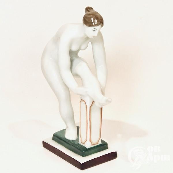 Скульптура «Женщина одевающая чулок»  (Голышка)