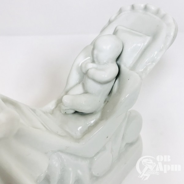 """Скульптура """"Женщина с коляской"""""""