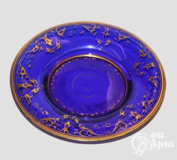Тарелка из синего стекла и позолотой