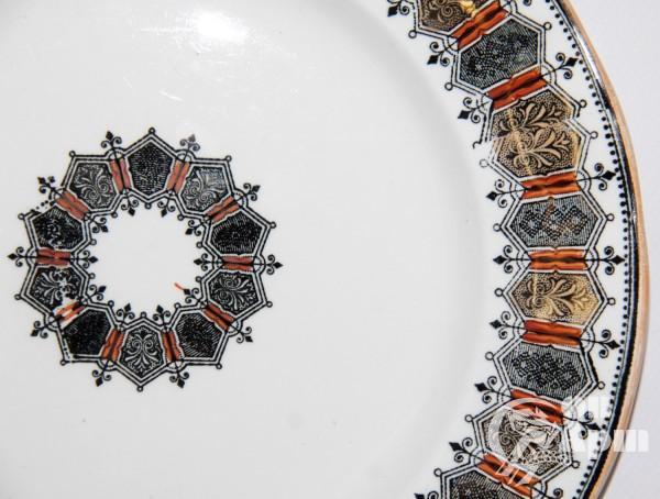 Тарелка с орнаментом в готическом стиле з-д Кузнецова