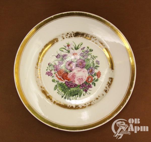 Тарелка с цветочным орнаментом