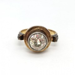 Кольцо с бриллиантом и алмазами