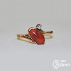 Кольцо с бриллиантом и кораллом