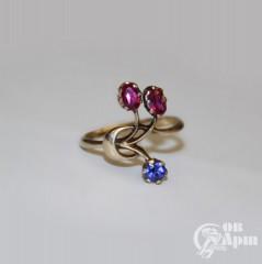 Кольцо с рубином выращенным и синим дублетом