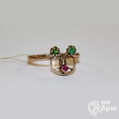 Кольцо с рубином выращенным и зелеными стеклами