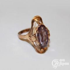 Кольцо с выращенным корундом с эффектом смены цвета