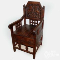 Кресло резное с изображением львов