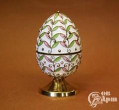 Пасхальное яйцо с эмалью с растительным узором