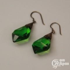 Серьги с зелеными стеклами в металле