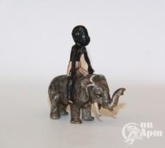 """Скульптура """"Африканец на слоне"""""""