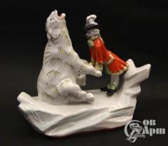 """Скульптура """"Барон Мюнхгаузен с белым медведем"""""""