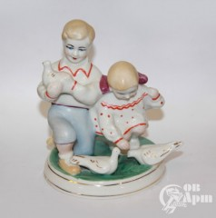 """Скульптура """"Дети кормят голубей"""""""
