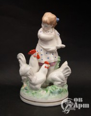 "Скульптура ""Девочка, кормящая кур"""