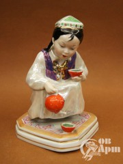 """Скульптура """"Девочка, разливающая чай"""""""