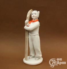 """Скульптура """"Девочка с лыжами"""""""