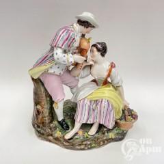 """Скульптура """"Девушка с фруктами и кавалер"""""""