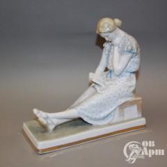 """Скульптура """"Девушка с книгой"""""""
