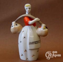 """Скульптура """"Девушка с корзинами"""""""