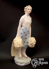 """Скульптура """"Девушка со снопами"""""""