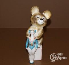 """Скульптура """"Гимнастка и олимпийский мишка"""""""