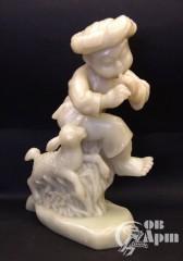 """Скульптура из оникса """"Восточный мальчик, играющий на дудке, с ягненком"""""""