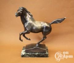 """Скульптура """"Конь"""" на постаменте"""