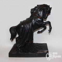 """Скульптура """"Конь с попоной"""""""