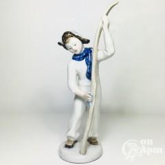 """Скульптура """"Мальчик с лыжами"""""""