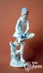 """Скульптура """" На катке. Девочка одевающая коньки"""""""