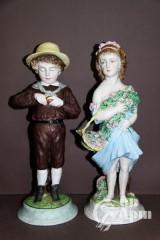 """Скульптура парная """"Мальчик с яблоком и девочка с букетом"""""""