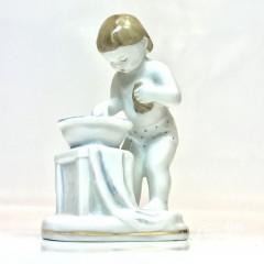 """Скульптура """"Ребенок у тазика""""(Утро)"""
