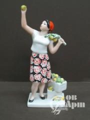 """Скульптура """"Урожай"""" ( Женщина, собирающая яблоки )"""