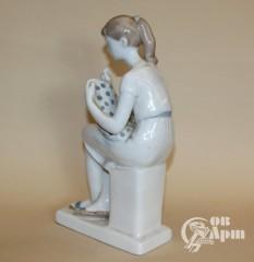 """Скульптура """"Вышивальщица"""""""