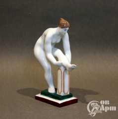 "Скульптура ""Женщина одевающая чулок. Голышка"""