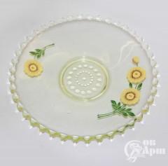 Тарелка из зеленого стекла с цветочным рисунком