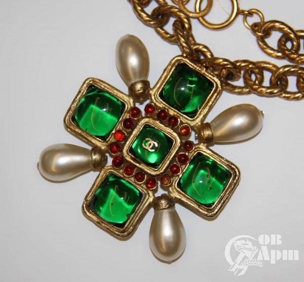 """Цепь CHANEL с брошью-подвеской """"Крест"""" с зеленым Gripoix"""
