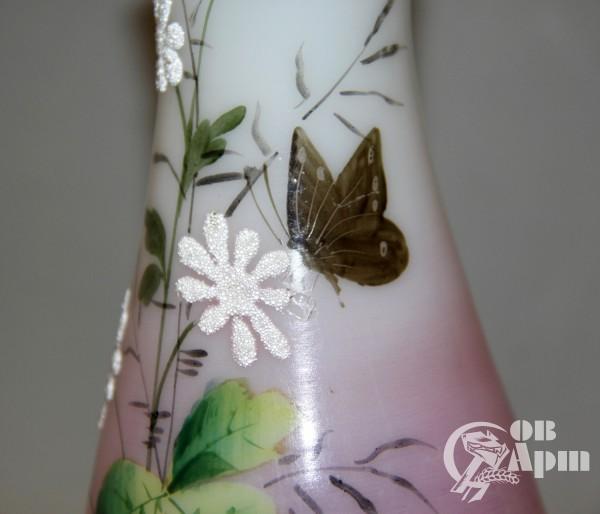 Ваза с изображением полевых цветов и бабочки