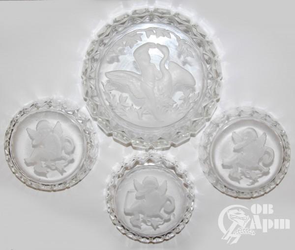 Вазочка и три розетки с изображением амуров